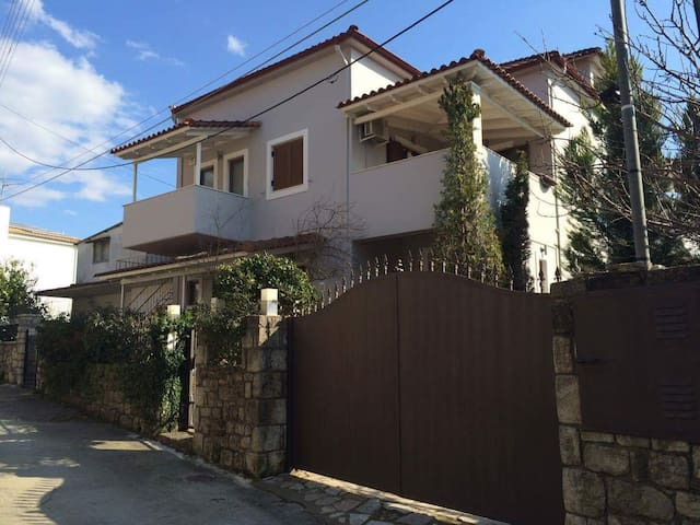 Very Spacious Attic with Pool and Forest view - Kalamata - ลอฟท์