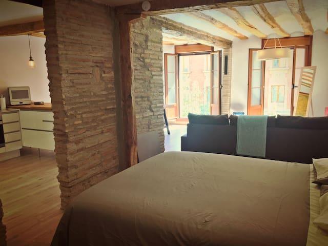 Cama de matrimonio con armario ropero junto a la cama. | Real queen bed and closet space