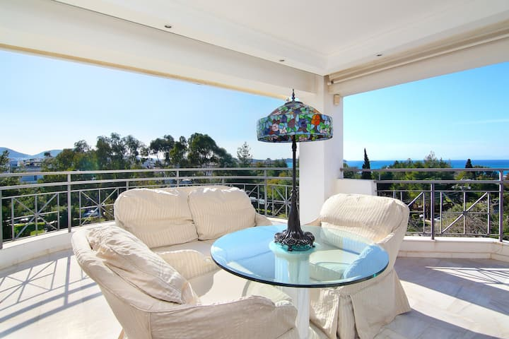 Luxurious Villa By The Beach