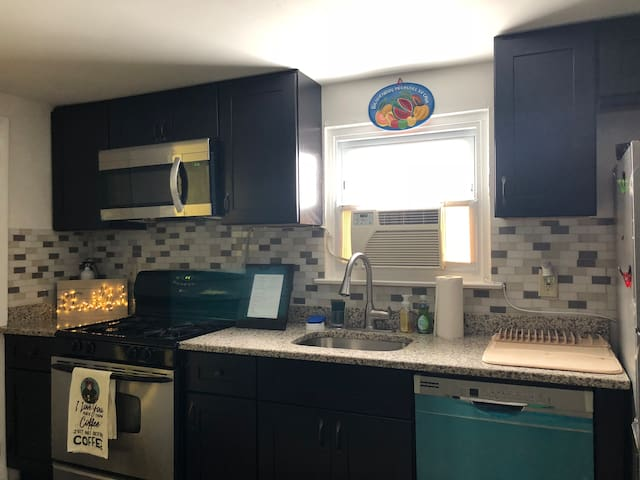 Updated 2BR 1Bath Parking /close to Everything