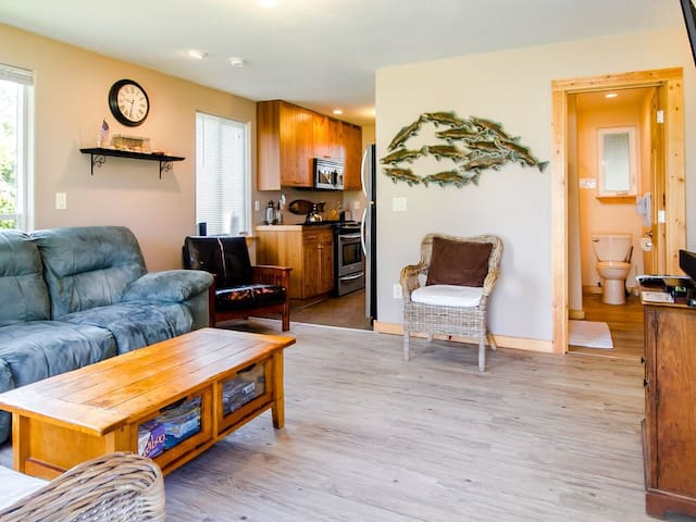 Rock Lobster Cottage ~ SPRING Special! Pay for 2 nights, get the 3rd night Free!