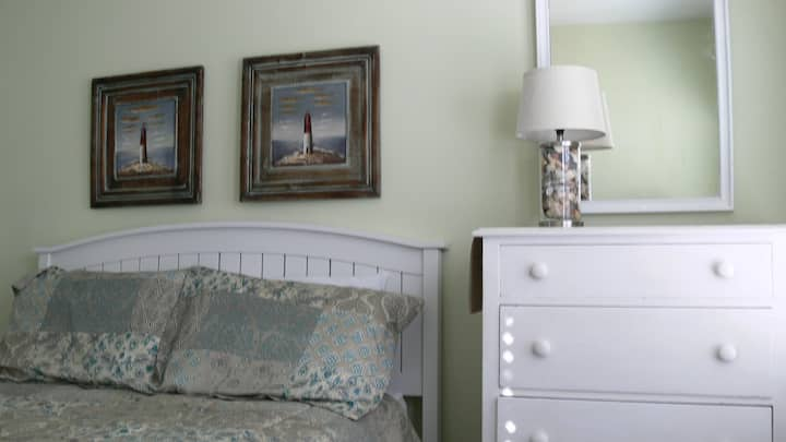 Sleeps 5, steps to the beach and boardwalk!