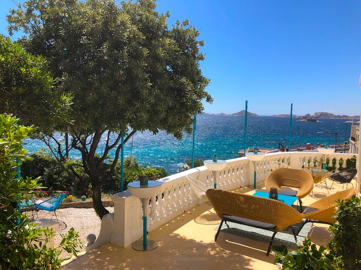 Sumptuous villa front sea !