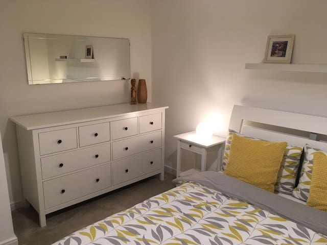 Modern, airy, double bedroom 5 miles from Cardiff