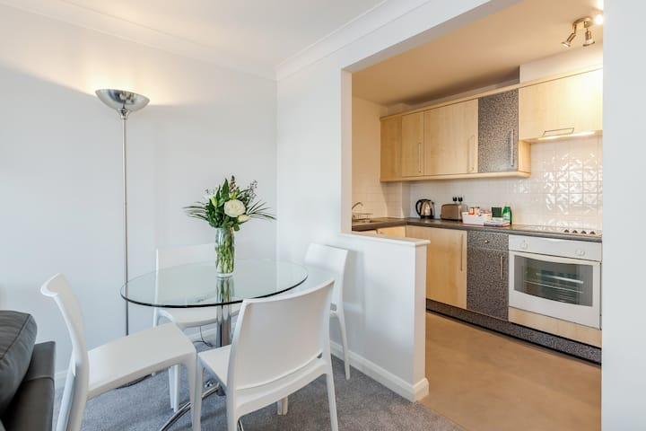 Beautifully appointed 2 bedroom flat in Kingston