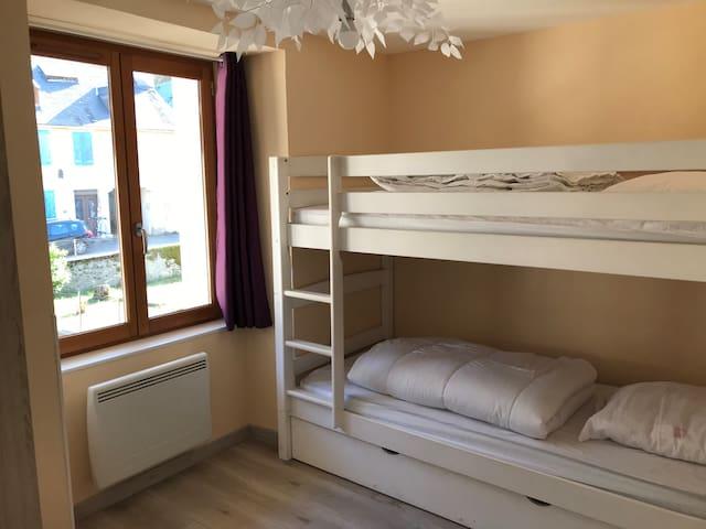 Chambre à l'étage avec lits superposés 90x190 couettes 200x140 oreillers 60x60