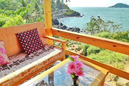 Jungle Sea View Cottage on the Beach in Goa