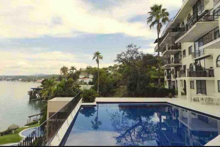 Depto/hotel de lujo en orilla  lago de teques