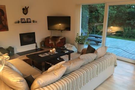 Skøn villa tæt på skov, strand og kultur samt dyr - Holte - Huvila