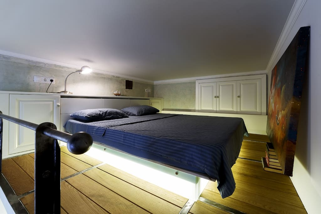 """Спальня на втором этаже с картиной """"Человек в лодке"""" оригинал."""