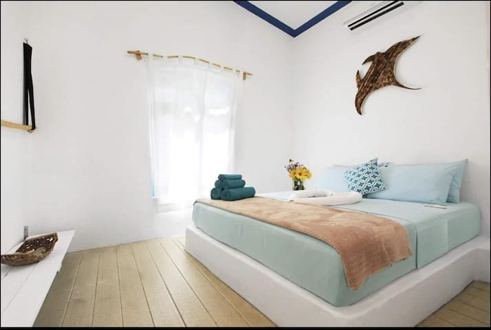 Bedroom 1 - Bright room with 1x Queen bed & own bathroom  1 (with private bathroom)