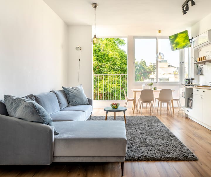 Bright and Sunny Apt in The Trendiest Location