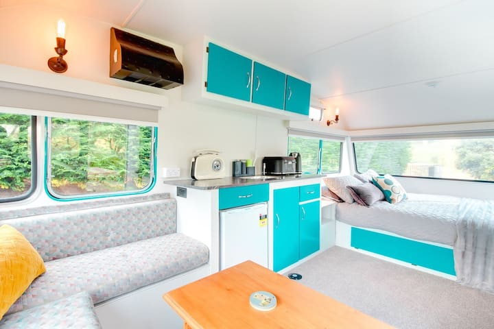MountViews Glamping - Retro Caravan Getaway