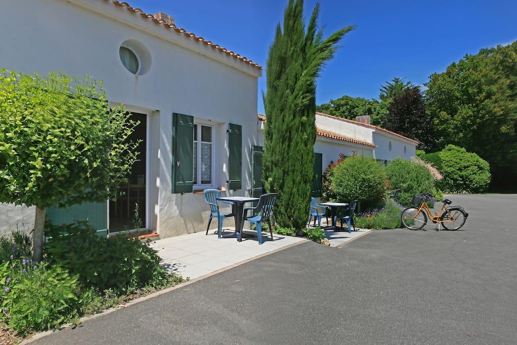 Chambre privative en rez de jardin avec petite terrasse.