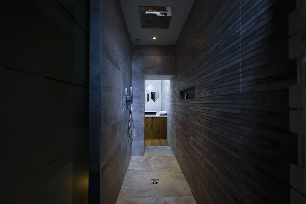 Testez une douche italienne entièrement encastrée comme sous la pluie