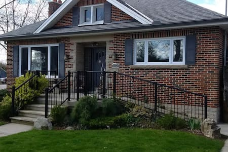 Quaint downtown Elora Bungalow.  3 bedrooms. - Elora - House - 0