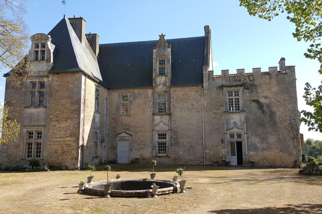 Le logis renaissance vue sur la cour intérieur de la forteresse est orienté pein Sud. Toute les pièces sont baignées de soleil