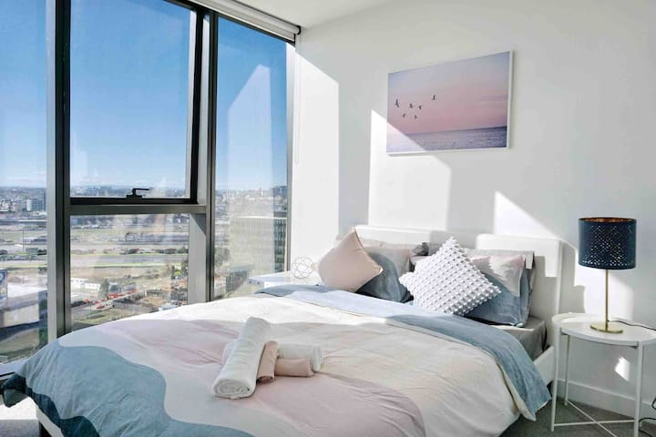 Modern home in Docklands with Melbourne star VIEW