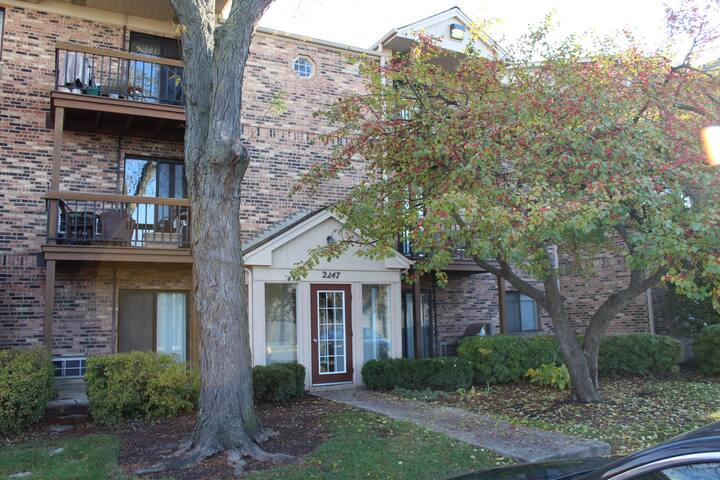 Arlington Heights Condo - 20 minutes to O'Hare