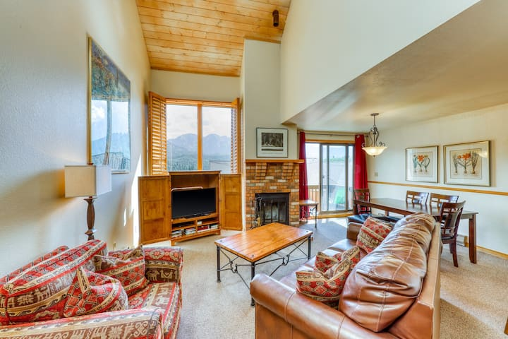 Two-story mountain condo w/ fireplace, shared pool, gym, & game room
