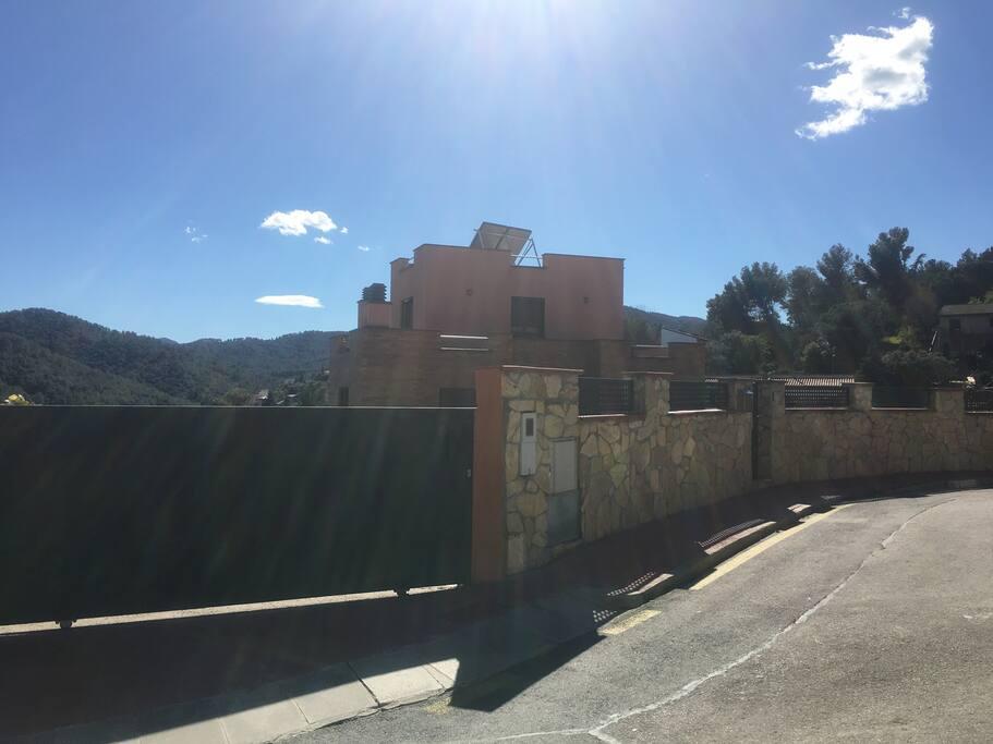 Urbanización tranquila, con grandes vistas a la montaña y vecinal. Muy cerca de la localidad de Sant Andreu de la Barca y Martorell, con comercios.