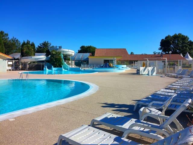 L'espace aquatique chauffé ouvert d'avril à début septembre.