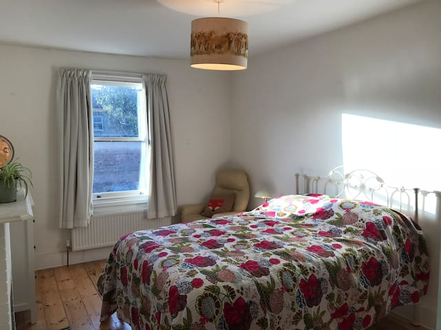 Big, bright double room in Victorian house zone 2
