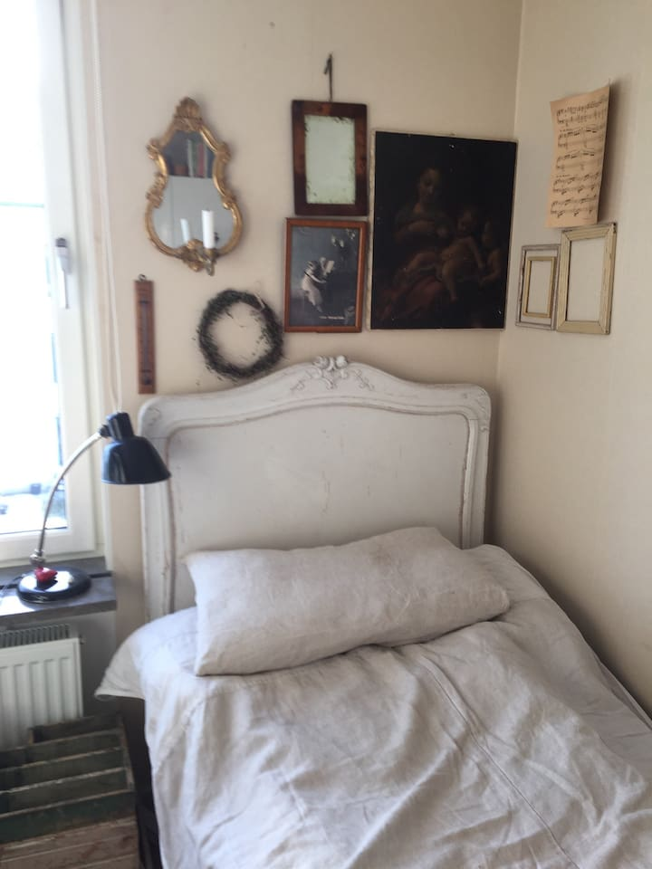 A nice smal bedroom with a desk and a hurts.. mirror and chair and a place too put your clothes. You ceer a bathroom with me and you will find breakfast in the fridge.wi-fi . And its a nice and quite place. 7 min walk too the train and you will be in the city after 30 min. Nice place for walking..