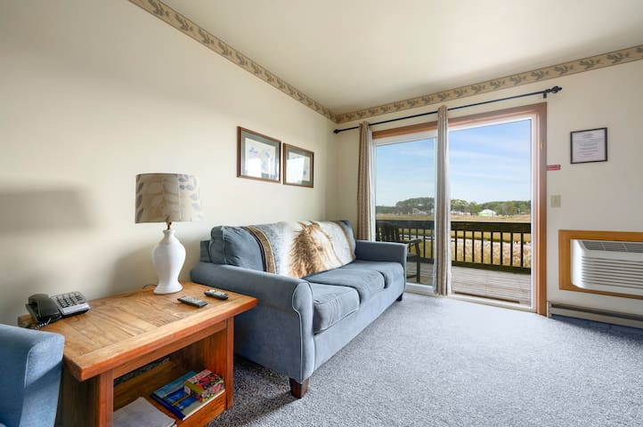 Assateague Inn 210 is an adorable Studio that sleeps 4 with lovely water views and an Outdoor Pool.