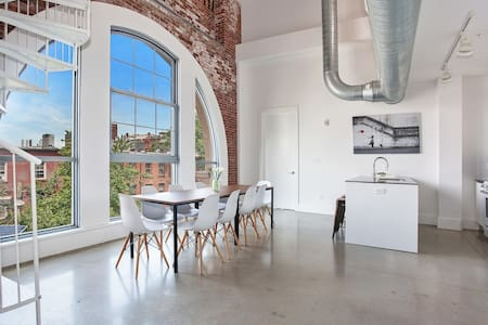 STUNNING 3BR/3BA Loft!! Minutes to NYC! Sleeps 10!