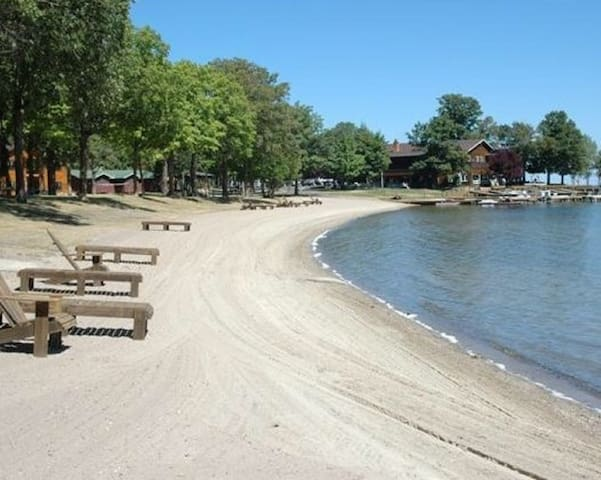 Priceless Leech Lake Beachfront Views, Large Condo