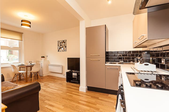 Redhill Garland- Modern one bed apartment very near to train station - Redhill