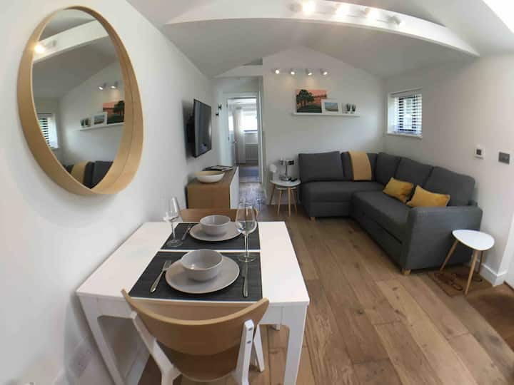 Self contained 1 bed house v near centre,  parking