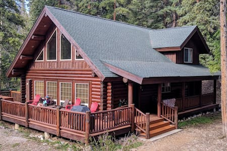 Custom Log Home 7 Minutes to Town - 3 BR + Loft