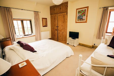 Weycroft Mill House B&B, The Hawkchurch room - Axminster - Bed & Breakfast