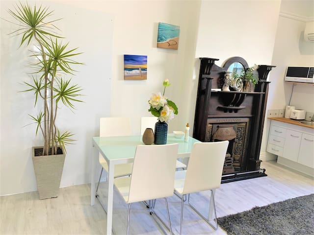 3BR Cute Cottage @Newcastle Train Station &Marina