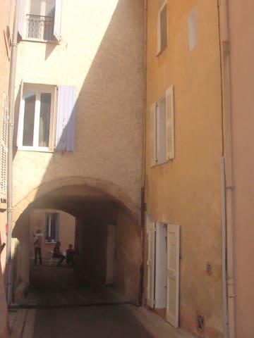 Maison typique dans village varois - Roquebrune-sur-Argens - House