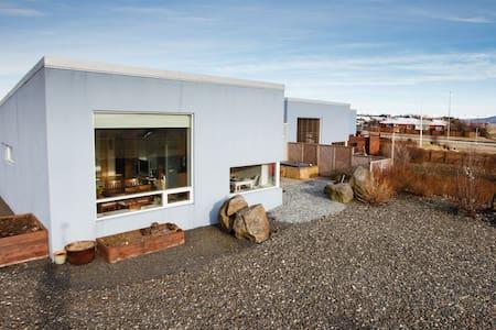 Nice litle room in quiet area - Garðabær - House