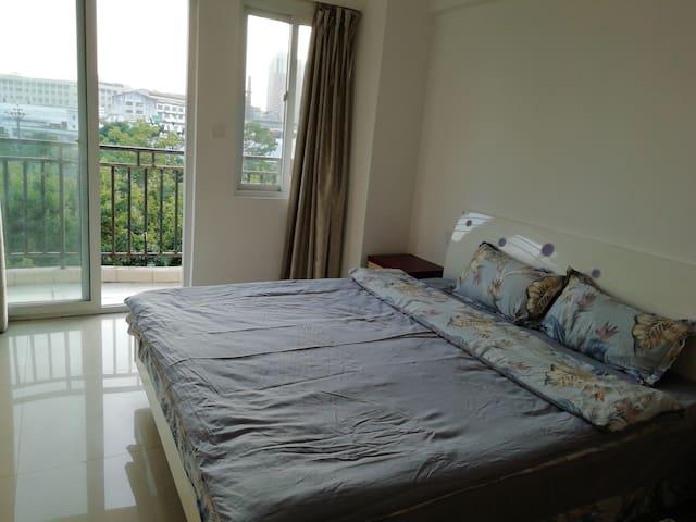 带阳台的主卧,一米八床,60支纯棉贡缎床品,舒适干净。