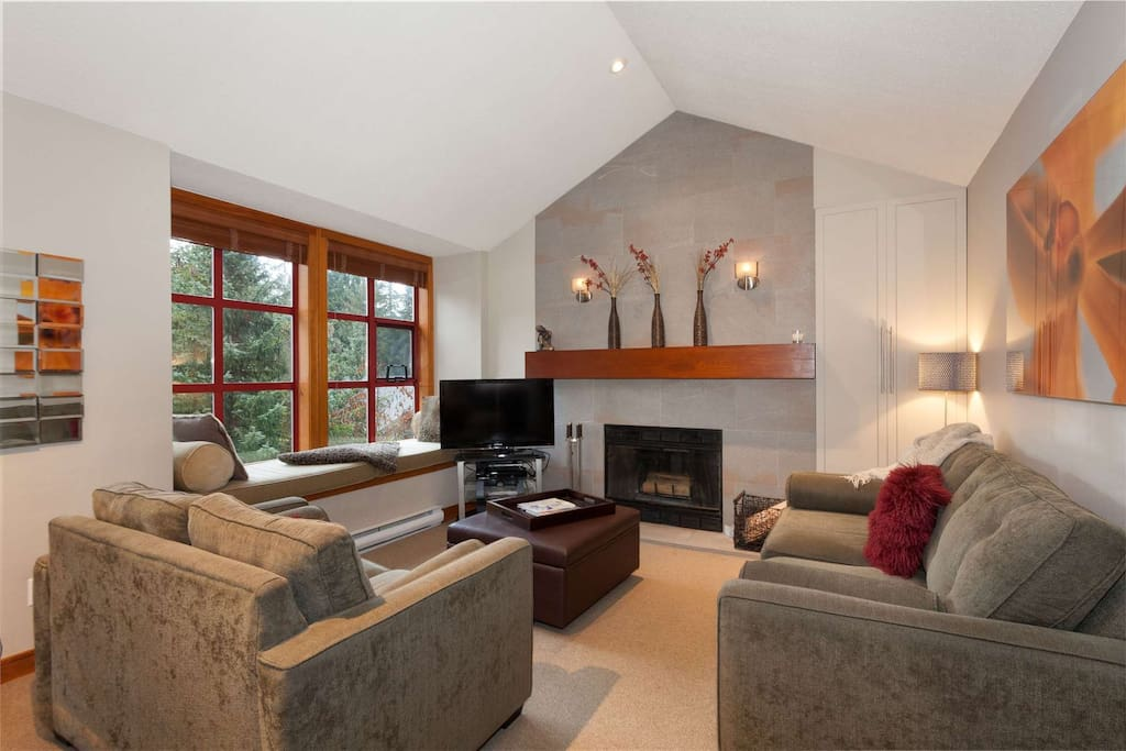 Modern, comfortable and beautiful Whistler charm and Wood burning fireplace