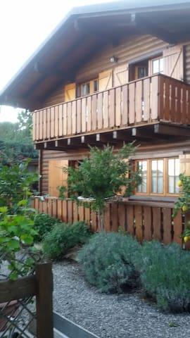 Villetta in legno con giardino - Cisano Sul Neva - บ้าน