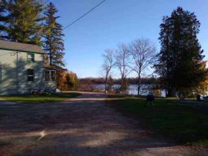 Gladston vacation home 10 min from town 1 of 2