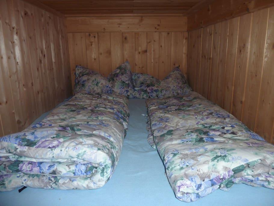 Das Doppelbett in der Hütte