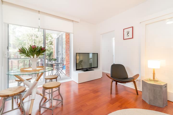 Bright & Modern 2BD in Lively St Kilda East