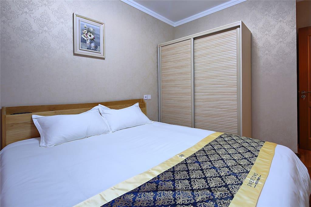 床为1.8米大床,配有健康保健枕头