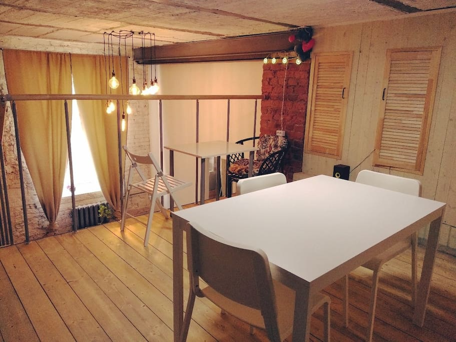 Верхняя Уютная теплая столовая подойдёт  для влюблённых парочек или для большой компании друзей.