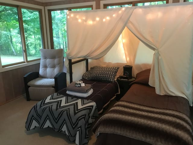 Cabin Glamping! Pool,hot tub,fire pit & bed!