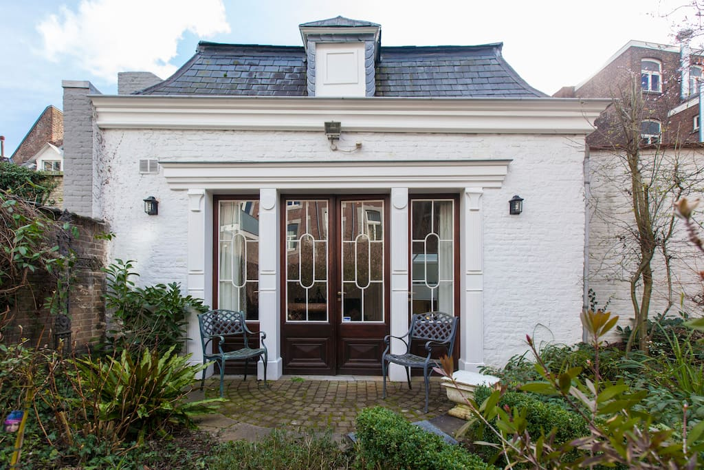 tuin met zicht op de deuren naar de woonkamer.