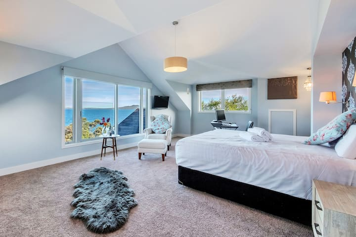 Rooftop master suite with super king bed and amazing views of Rangitoto & the Hauraki Gulf. Wing back chair with the best views in the house. The would make a great honeymoon suite or celebrate your anniversary.
