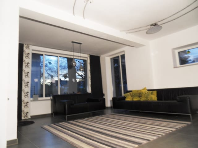 Guestroom in big living comunity nearby U4 - Munich - Rumah